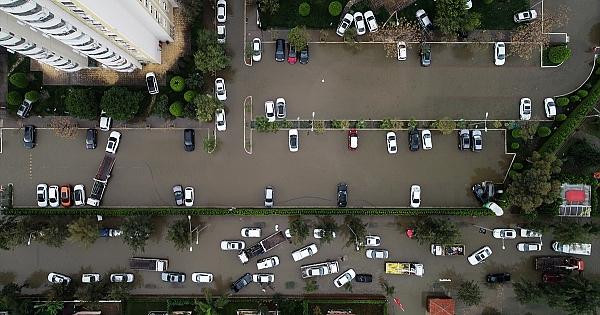 İzmir'de sağanak etkili oldu! İşte o manzaralar...