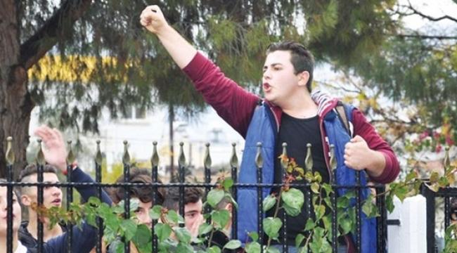 KKTC'de liseliler Meclis'e yürüdü: Saatleri geri alın!