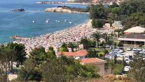 Foça'da plajlarında bayram bereketi: İğne atsan yere düşmüyor