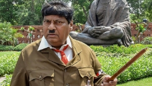 Hindistan'da milletvekilinden 'Hitler kostümlü' protesto
