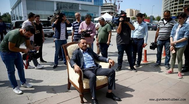 Evinden getirdiği koltukla genel merkez önünde eylem yapan CHP'li, ihraç ediliyor