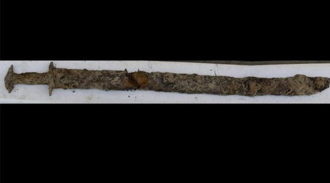 8 yaşındaki çocuk, yüzdüğü gölde 1500 yıllık kılıç buldu