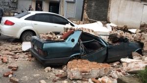 Milas'ta eski bina çöktü, 2 araç enkaz altında kaldı