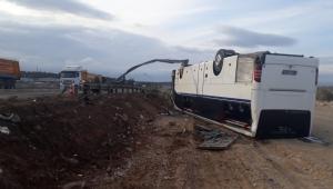 İşçileri taşıyan otobüs otomobille çarpışıp takla attı: 36 yaralı