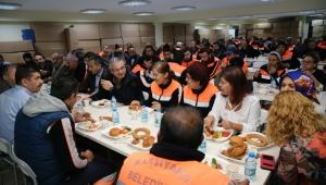 Başkan Akpınar, işçilerle kucaklaştı
