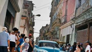 Küba'da bir otomobil insanları ezdi