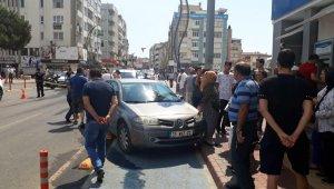 İzmir'de otomobil yayaya çarptı, kadın ağır yaralı