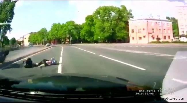 Motosikletten düşen kadını minibüs ezdi