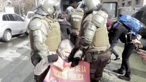 Şili'de ilk ayını dolduran öğretmen eyleminde profesörlere gözaltı