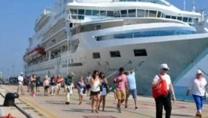 Tatil beldesine yabancı turistler akın etti! Güneşlenecek yer kalmadı