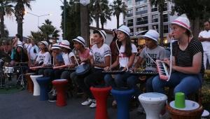 Balıkesirli ortaokul öğrencilerinden Kuşadası sokaklarında ritim rüzgarı