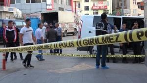 Eski eşini 10 yaşındaki kızının gözü önünde bıçaklayarak öldürdü