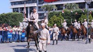 Atlı süvariler Konak Meydanı'nda