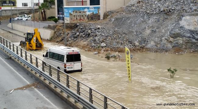 Kuşadası'nda sağanak yağmur etkili oldu