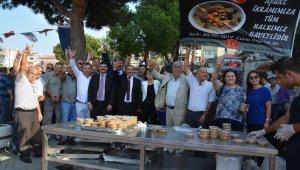 MHP Aliağa vatandaşlara aşure dağıttı