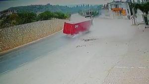 TIR'dan konteyner böyle düştü... Faciadan dönüldü...
