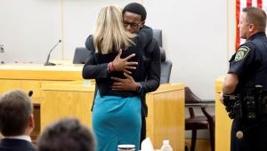 ABD'de 18 yaşındaki genç, abisini öldüren polise sarılıp ağladı
