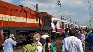 Hindistan'da iki tren çarpıştı: 12 yaralı