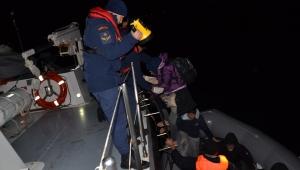 Aydın'da sürüklenen lastik bottaki 29 düzensiz göçmen kurtarıldı