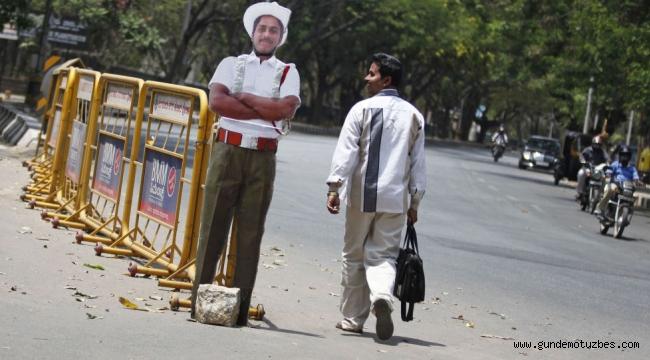 Hindistan kurallara uymayan sürücülerden bıktı, çareyi cansız polis mankenlerinde buldu
