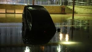 Kontrolden çıkan otomobil otelin havuzuna uçtu