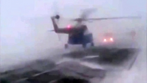 Helikopter kar fırtınası nedeniyle kara yoluna acil iniş yaptı