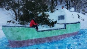 Kardan gemi yapıp güvertesinde fotoğraf çektirdiler