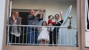 İzmir'de evden çıkamayan vatandaşlar müzik eşliğinde balkonda dans etti