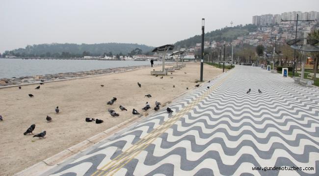 İzmir'de sahil ve pazar yerleri boş kaldı