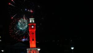 İzmir'de vatandaşlar 23 Nisan'da İstiklal Marşı'nı balkonlarından okudu