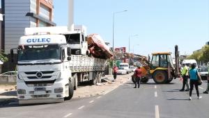 İzmir'de dorsesinde kamyon bulunan tır üst geçide sıkıştı