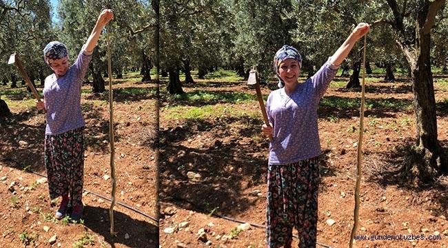 Kadın çiftçi boyundan büyük yılan yakaladı