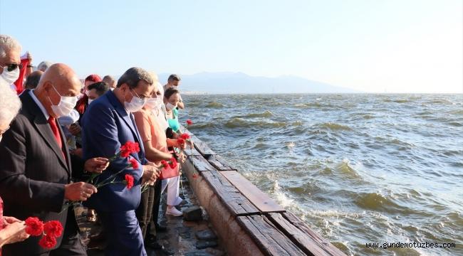 Srebrenitsalı soykırım kurbanları için İzmir'de denize karanfil bırakıldı