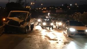 İzmir'de hafif ticari araç ile kamyonet çarpıştı: 1 ölü, 4 yaralı
