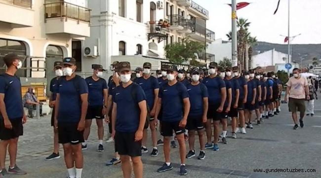 Jandarma Akademisi öğrencileri Foça'yı marşlarla halk onları alkışlarla selamladı