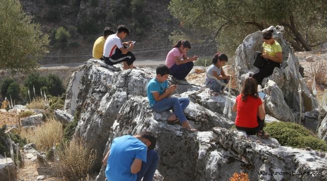 Derse bağlanmak için dağa çıkıyorlar