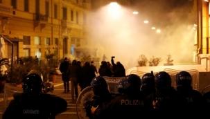 İtalya'da sokağa çıkma yasağı protesto edildi
