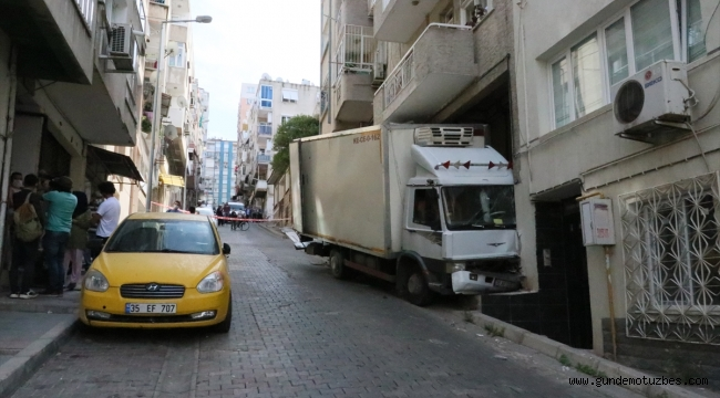 İzmir'de yokuştan kayan kamyonetin çarptığı otomobilde ve binada hasar oluştu