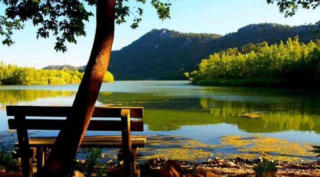 Kovada Gölü Milli Parkı'nda renk cümbüşü görsel şölen sunuyor
