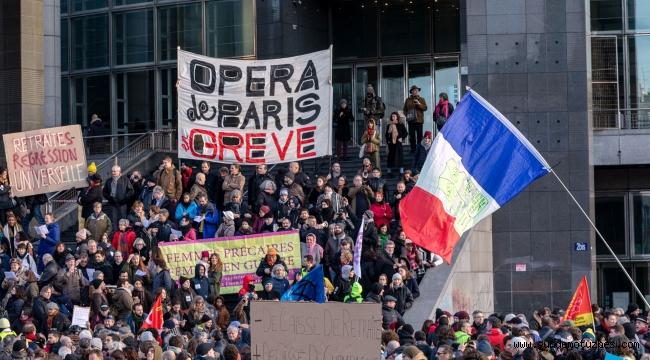 Fransa'da protestolar hükümete geri adım attırdı