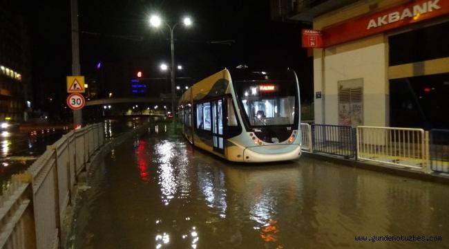 İzmir'de sağanak yağışın bilançosu: 212 iş yeri ve haneyi su bastı