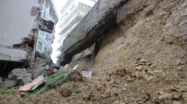 İzmir'de yıldırım nedeniyle istinat duvarı çöktü; bina tahliye edildi