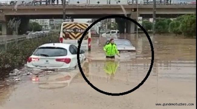 Selin vurduğu İzmir'de polis beline kadar suya girdi, herkesin takdirini topladı